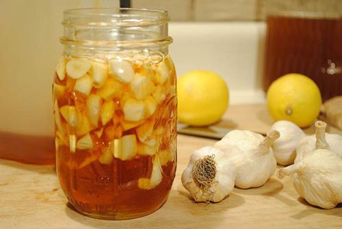 Kết hợp chữa cảm lạnh bằng tỏi và mật ong