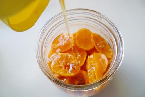 Dùng mật ong và tắc để chữa ho
