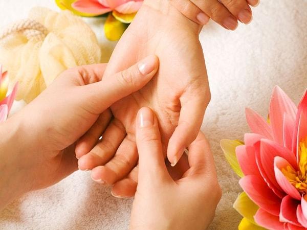 Đông Y sử dụng nhiều bài thuốc để trị chứng bệnh mồ hôi tay chân