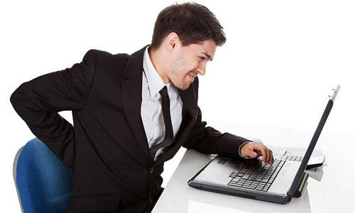 Những người thường xuyên ngồi một chỗ như nhân viên văn phòng dễ bị trĩ