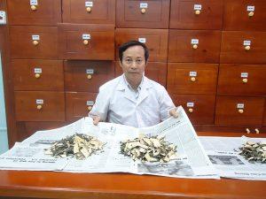 Lương y Nguyễn Đức Hai bốc thuốc