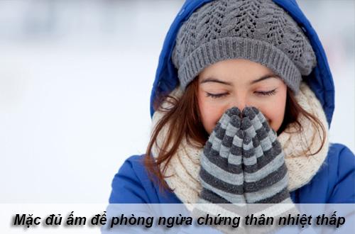 Mặc đủ ấm vào mùa đông để phòng ngừa chứng thân nhiệt thấp