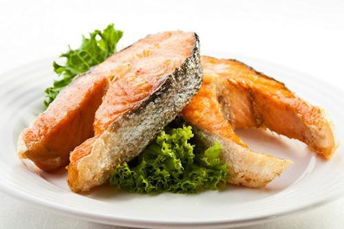 Nên rán chín cá trước khi ăn