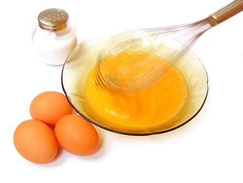 Sử dụng lòng đỏ trứng gà để chăm sóc lông mày