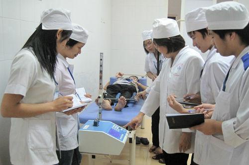 Sinh viên Điều dưỡng được học tập qua buổi học thực hành